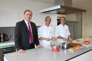 Patrice Jacquelin et les deux chefs de chez Guy Demarle